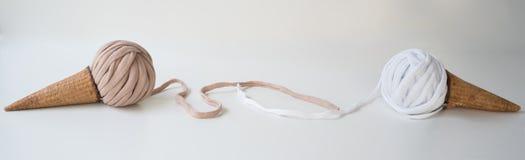 Titelrad baner för platsdesign Handarbete som är handgjort Boll av trådar, handarbete och virka, garn Horisontal formatera arkivfoton