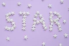 Titelstjärna på purpurfärgad bakgrund Royaltyfria Bilder