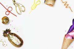Titelwebsite oder Heldwebsite Kegel, Rohre für Cocktails, Konfettis Parteihintergrundmodell Kuchen mit Erdbeeren, farbiges Band Lizenzfreie Stockfotos