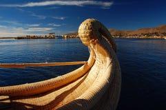 titicaca καλάμων λιμνών βαρκών στοκ εικόνα