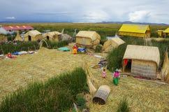 Titicaca, Перу, 4-ое января 2015 - местные люди в традиционном на стоковое изображение