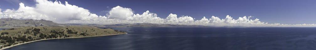 Titicaca del lago fra panorama della Bolivia e del Perù Fotografia Stock