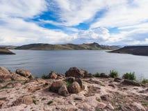 Titicaca do lago situado na beira de peru e de Bolívia imagem de stock