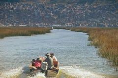 Titicaca-See, Peru - 17. August 2018: Eine Peruanerfamilie segelt auf Titicaca-See, ein großer, tiefer See in den Anden auf der G lizenzfreie stockfotografie