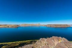 Titicaca sjö från den Silustani peruanen Anderna på Puno Peru Arkivbilder