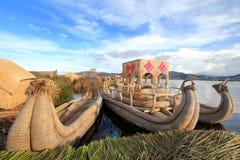 Titicacas sich hin- und herbewegende Inseln und Boote Stockfotografie