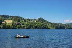 湖的Titisee划独木舟的人 免版税图库摄影
