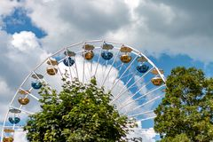 TITISEE-NEUSTADT TYSKLAND - JULI 16 2018: Ferris Wheel på sjö T royaltyfria foton