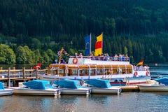 TITISEE-NEUSTADT TYSKLAND - JULI 16 2018: Turisten turnerar fartyget på t royaltyfri bild