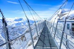 Titlis Cliff Walk upphängningbro i Schweiz Fotografering för Bildbyråer
