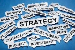 Titoli di giornale lacerati che descrivono strategia aziendale sul BAC blu Fotografie Stock Libere da Diritti