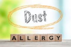 Titolo di allergia della polvere su una tavola di legno Fotografia Stock