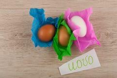 Titolo di vista superiore ed uova del pollo in carta che mette su tavola di legno Fotografia Stock