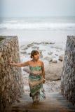 Titolo: Donne alla spiaggia, alle scale di pietra ed al passaggio pedonale conducenti giù su una spiaggia Hua Hin, Tailandia Fotografia Stock Libera da Diritti