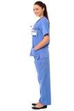 Titolo: Posa laterale di giovane medico femminile in uniforme immagini stock libere da diritti