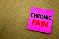 Titolo scritto a mano del testo che mostra dolore cronico Scrittura di concetto di affari per ritenere cattiva cura malata scritt immagine stock