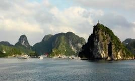 Titop ö, Halong fjärd, Vietnam Arkivbilder