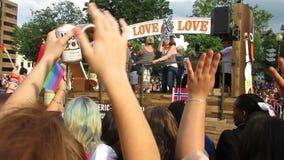 Titos Love Float på huvudPride Parade lager videofilmer