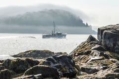 Titre de bateau de homard hors de port Maine de barre comme brouillard de matin Photo libre de droits