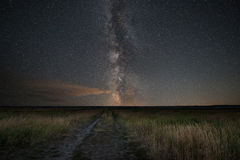Titre de chemin de terre vers la galaxie de manière laiteuse images stock