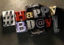 Titre de joyeux anniversaire dans le texte et le hashtag de bloc en bois de vintage Image libre de droits