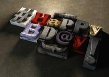 Titre de joyeux anniversaire dans le texte et le hashtag de bloc en bois de vintage Photos libres de droits