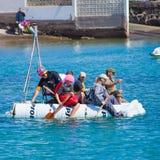 Tittare håller ögonen på som deltagare för att ta till vatten i årligt Royaltyfria Bilder