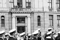 Tittare ser den militära musikbandet i Riga Arkivbild