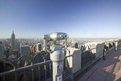 Tittareräckvidd som ser panoramautsikt av New York City från överkanten för ï¿ ½ av den Rockï ¿ ½en som beskådar område på den Ro Arkivbild