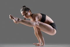Tittibhasana yoga poserar Arkivfoto