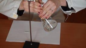 Titulación química usando una bureta metrajes