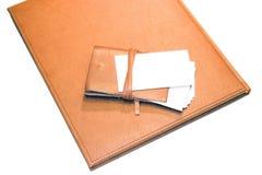 Titular de tarjeta de la tarjeta de Bisness en el cuaderno foto de archivo