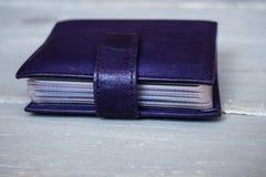 Titular do cartão de couro violeta imagem de stock