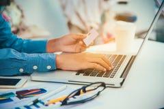 Titulares do cartão do crédito e pedir e pagamento usados dos portáteis - concentrados Fotos de Stock