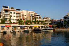 Tivat, Μαυροβούνιο - 30 Αυγούστου 2015: Ξενοδοχεία, καταστήματα και γιοτ σε μια μαρίνα γιοτ πολυτέλειας στο Πόρτο Μαυροβούνιο, έν Στοκ εικόνα με δικαίωμα ελεύθερης χρήσης