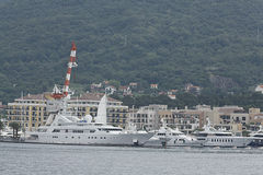 Tivat, Μαυροβούνιο - 16 Ιουνίου: Χρυσό γιοτ οδύσσειας στο λιμένα Tivat στις 16 Ιουνίου 2014 Στοκ Εικόνα