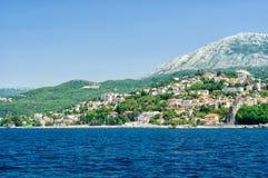 Tivat. Adriatische Landschaft - Meer und Berg Lizenzfreies Stockbild