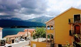 Tivat fjärd, landskap för härlig sikt från stugan, Montenegro, 26 juli 2017 royaltyfria bilder