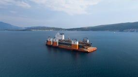 Tivat, Monténégro - 4 août 2017 : L'avant-garde grosse porteuse de Dockwise de navire est venue à Monténégro pour prendre le dock Photographie stock