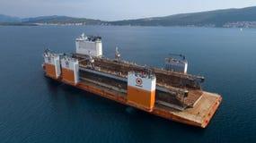 Tivat, Monténégro - 4 août 2017 : L'avant-garde grosse porteuse de Dockwise de navire est venue à Monténégro pour prendre le dock Photographie stock libre de droits