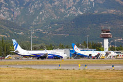 Tivat, Monténégro - 8 août 2015 : Avions préparant au vol dans l'aéroport international de Tivat Images stock