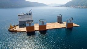 Tivat, Monténégro - 31 juillet 2017 : L'avant-garde grosse porteuse de Dockwise de navire est venue à Monténégro pour prendre le  Photos libres de droits