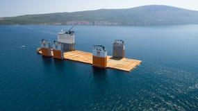 Tivat, Monténégro - 31 juillet 2017 : L'avant-garde grosse porteuse de Dockwise de navire est venue à Monténégro pour prendre le  Image stock