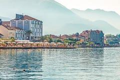 TIVAT, MONTENEGRO - 24. August 2017: Ansicht des schönen Strandes in Tivat auf dem Ufer von Kotor-Bucht, Montenegro stockbilder