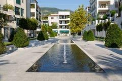 Tivat Montenegro - Augusti 30, 2015: Architrecture och springbrunnar av en lyxig yachtmarina i Porto Montenegro, en touristic att Arkivbild
