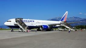 TIVAT MONTENEGRO - AUGUSTI 28 Boeing-767 av det ryska flygbolaget Fotografering för Bildbyråer