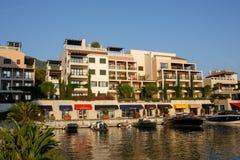 Tivat Montenegro - Augusti 30, 2015: Hotell shoppar och seglar i en lyxig yachtmarina i Porto Montenegro, ett populärt touristic  Arkivfoto