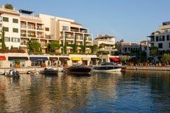 Tivat Montenegro - Augusti 30, 2015: Hotell shoppar och seglar i en lyxig yachtmarina i Porto Montenegro, ett populärt touristic  Royaltyfria Bilder