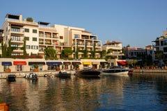 Tivat Montenegro - Augusti 30, 2015: Hotell shoppar och seglar i en lyxig yachtmarina i Porto Montenegro, ett populärt touristic  Royaltyfri Bild