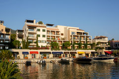 Tivat, Montenegro - 30 de agosto de 2015: Hotéis, lojas e iate em um porto luxuoso do iate em Porto Montenegro, um a turístico po Fotos de Stock Royalty Free